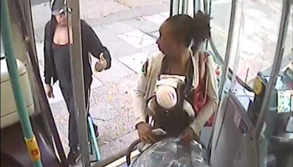 Al vídeo es pot apreciar amb nitidesa comJeffreyajuda aRosalina pujar l'autobús, però ell es queda a baix. Just abans d'acomiadar-se li aixeca el polze.