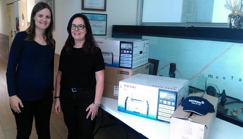 La responsable de comunicación de La Muntanyeta, Alba Porta, ha sido una de las encargadas de recoger el material informático que Messer ha facilitado a la asociación.