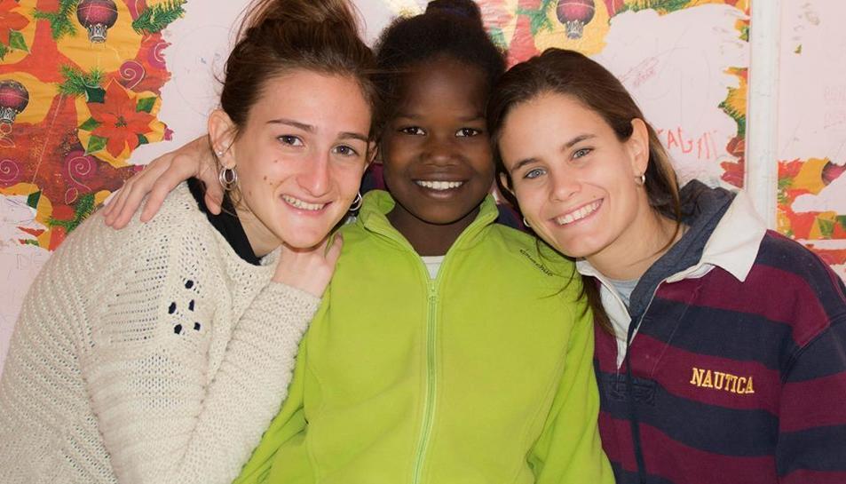 Marina Figueres i Blanca del Cacho amb Idida, un nena de Smara, camp de refugiats del Sàhara Occidental.