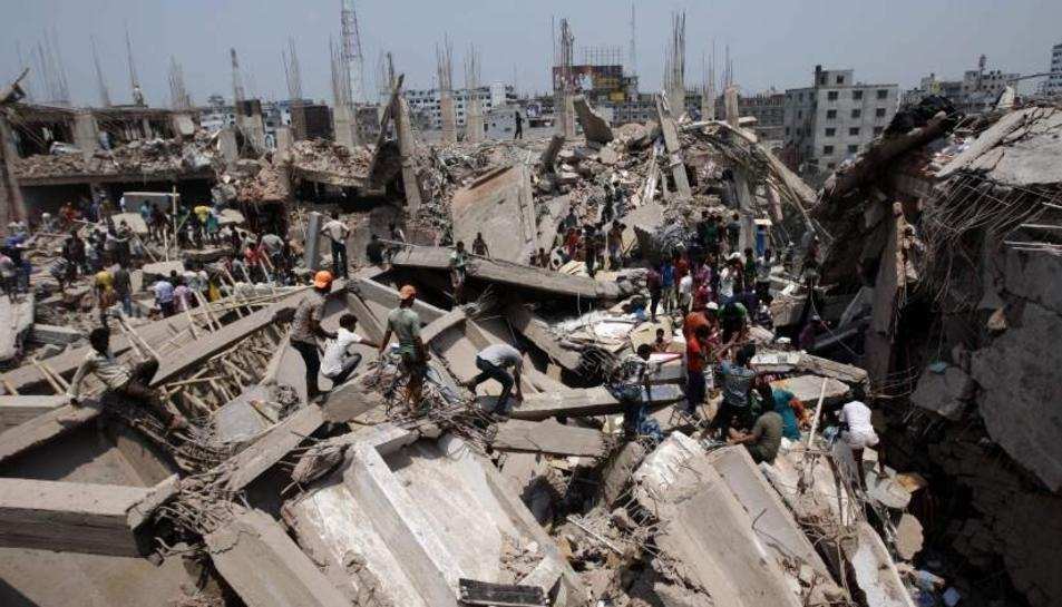 L'esfondrament de la fàbrica de roba a Bangladesh va acabar amb un miler de morts i més de 3.000 ferits.