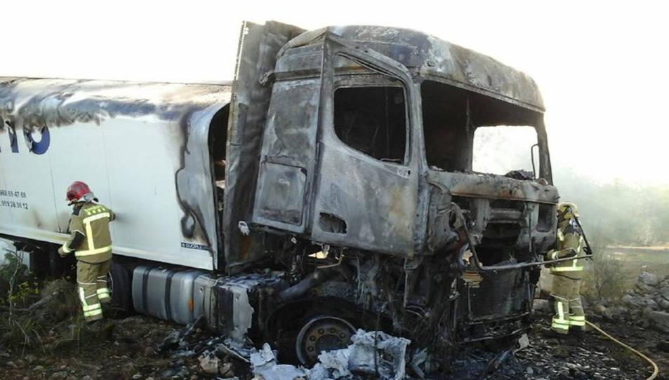El camió que ha quedat calcinat després d'un xoc a l'N-340 a Torredembarra.