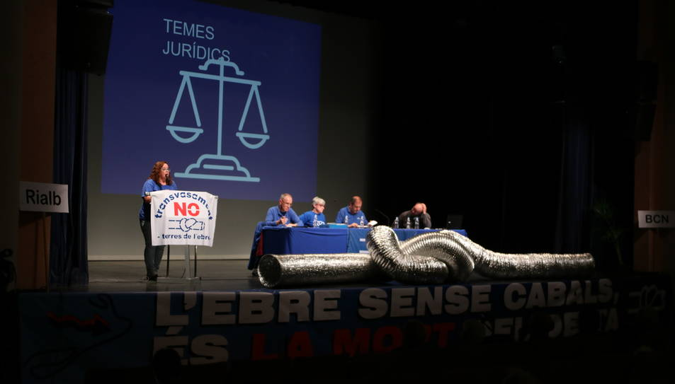 Pla obert de la quinzena assemblea de la PDE amb el nus damunt de l'escenari.