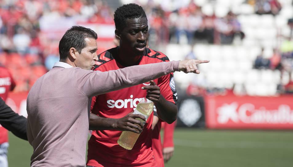 Juan Merino, parlant amb Zahibo durant el partit dels seus al Nou Estadi contra l'Almeria.