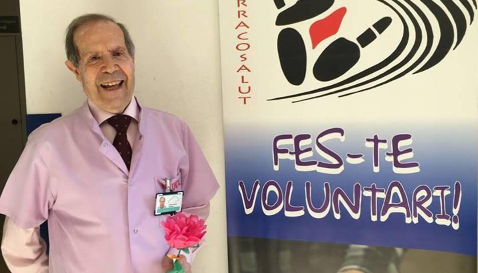 El voluntari Alfonso Ramos amb la rosa que anava a entregar.