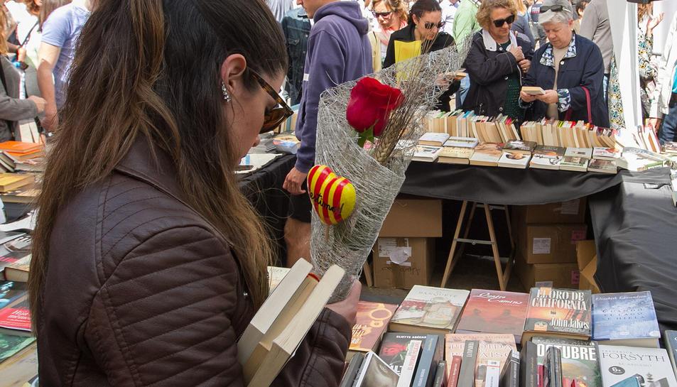 Imatges de la Diada de Sant Jordi a Reus.