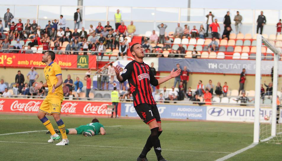 El davanter roig-i-negre David Querol es lamenta d'una de les oportunitats contra els madrilenys que no va entrar, en els últims compassos de cita, ahir a l'Estadi.