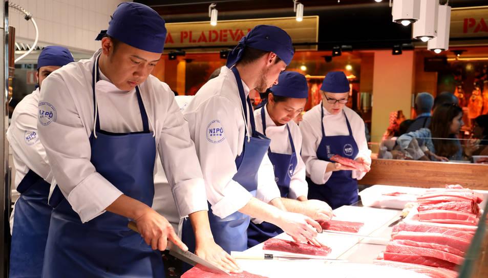 Treballadors d'una parada del Mercat Central durant la inauguració del nou edifici el passat 16 de març.