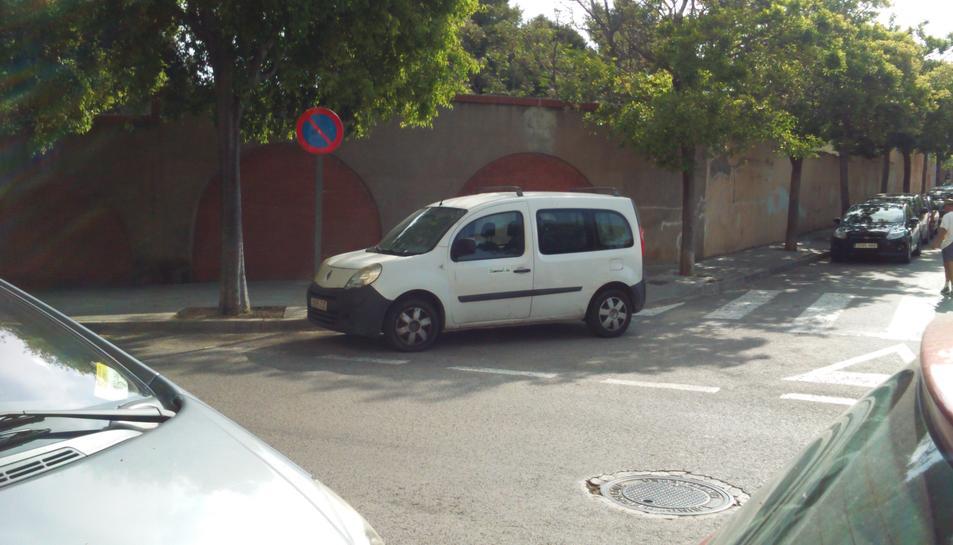 La denunciant afirma que la furgoneta de la foto aparca habitualment on ella va deixar el cotxe.