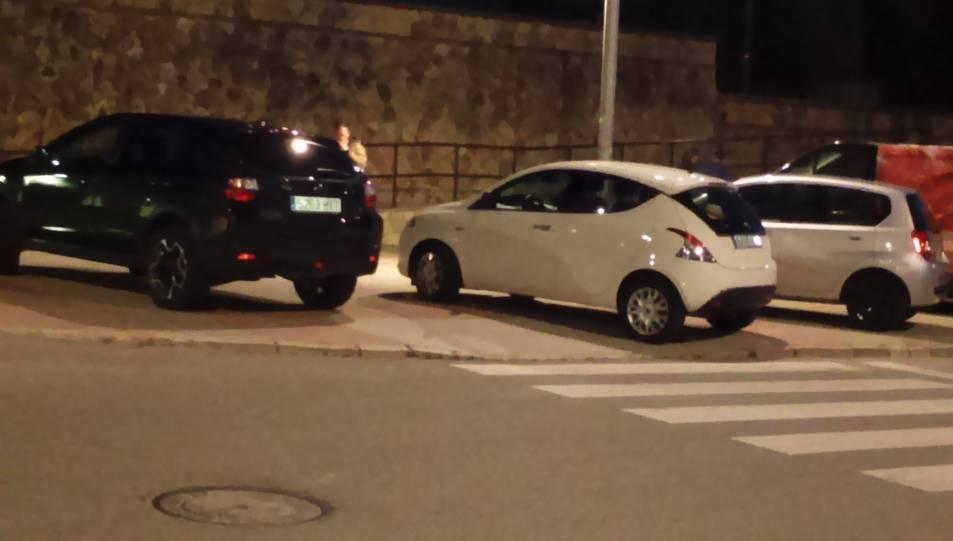 El mateix dia de la sanció, tres vehicles estaven aparcats damunt la vorera.