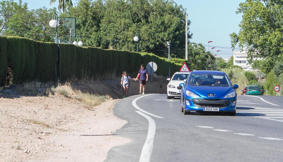 Els veïns reclamen la construcció de la vorera i el carril bici per accedir a la urbanització.