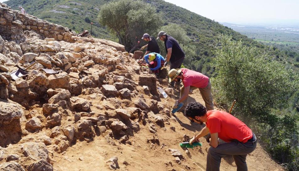 Pla obert de l'equip treballant en la novena excavació al mur de tancament. Imatge publicada el 24/04/2017