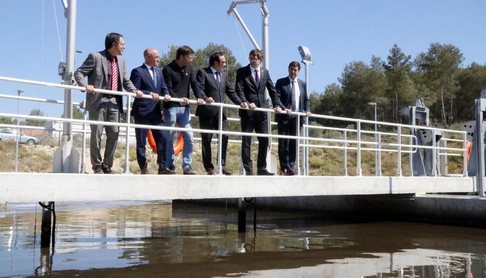 Pla general dels consellers Josep Rull i Carles Mundó, damunt una passarel·la, observant la nova depuradora del Catllar. Imatge del 24 d'abril del 2017