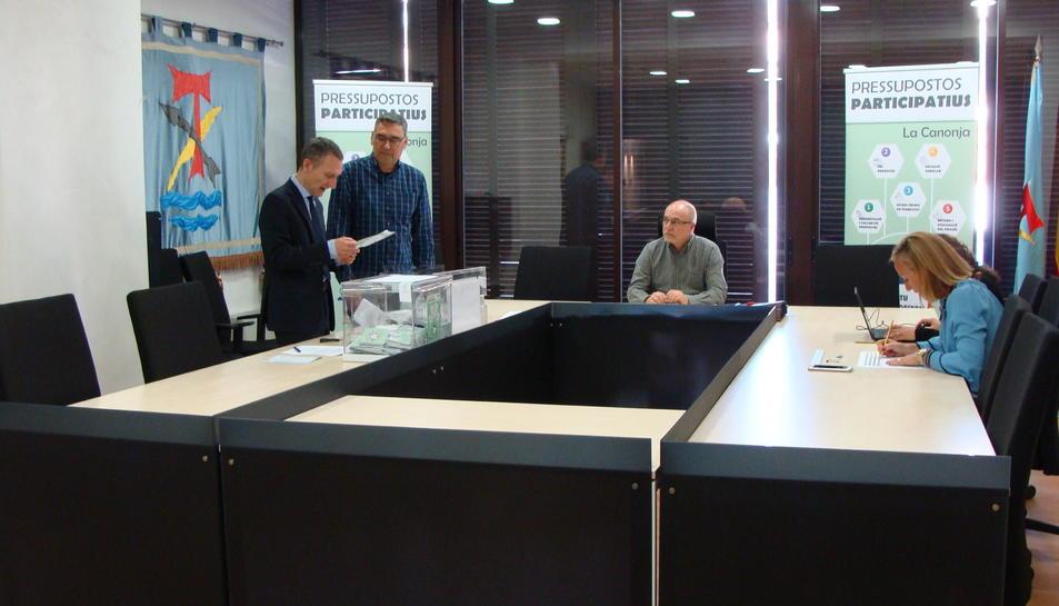 L'escrutini s'ha efectuat al saló de plens de l'Ajuntament de la Canonja de les votacions dels Pressupostos Participatius.