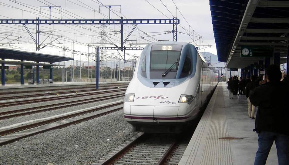 Un tren AVE a l'andana de l'estació del Camp de Tarragona.