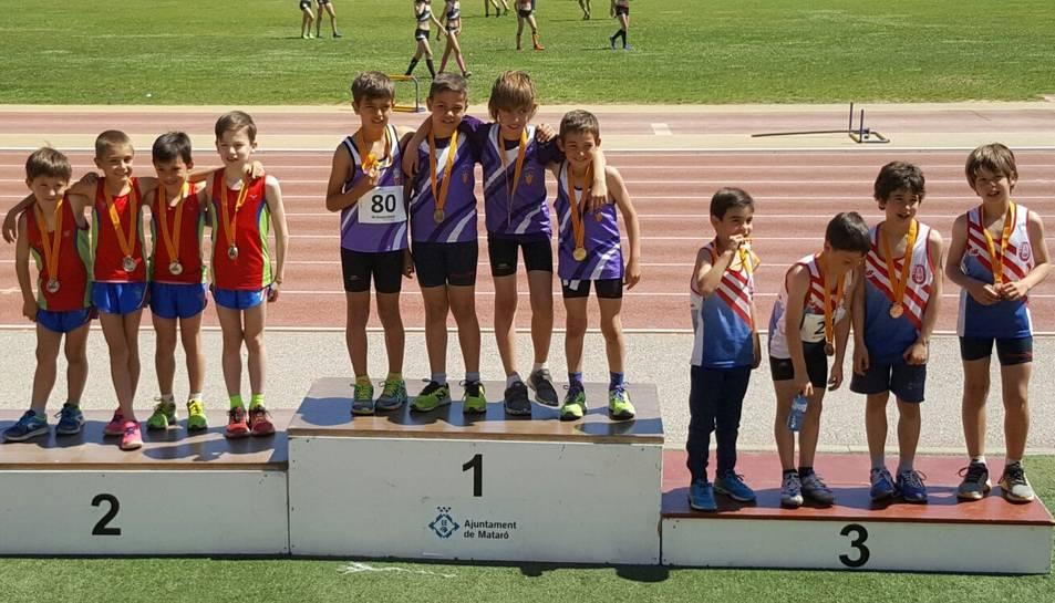 Els quatre atletes al podi després d'aconseguir la victòria.