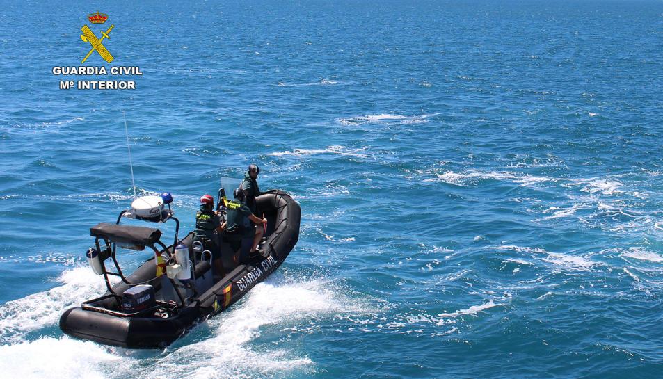 Uns submarinistes van trobar el primer objecte, i la Guàrdia Civil va engegar una operació per localitzar més restes.