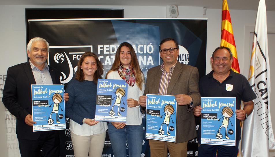Joan Plana, les dues jugadores de l'Atlètic Camp Clar, Josep Vives i Rufino, durant la presentació.