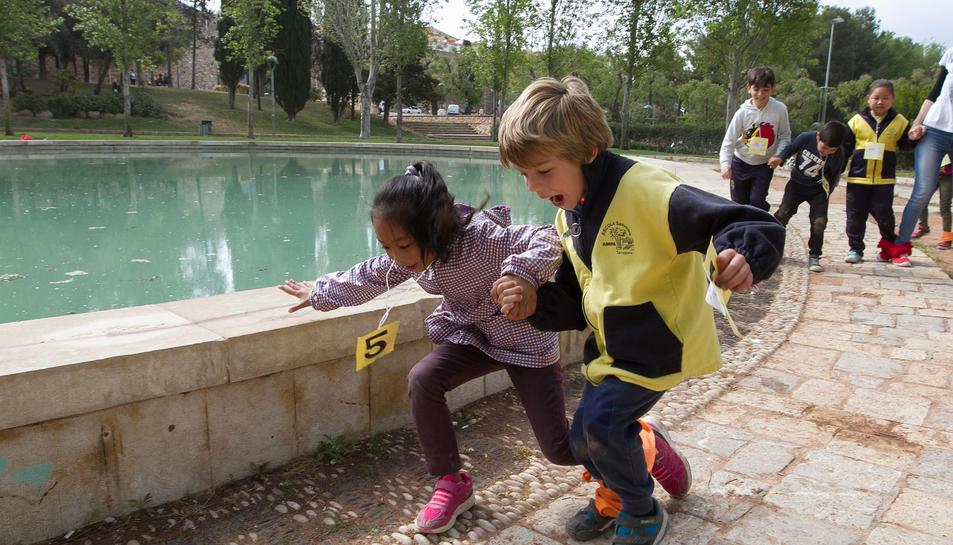 Alumnes del Saavedra fent activitats al Camp de Mart.