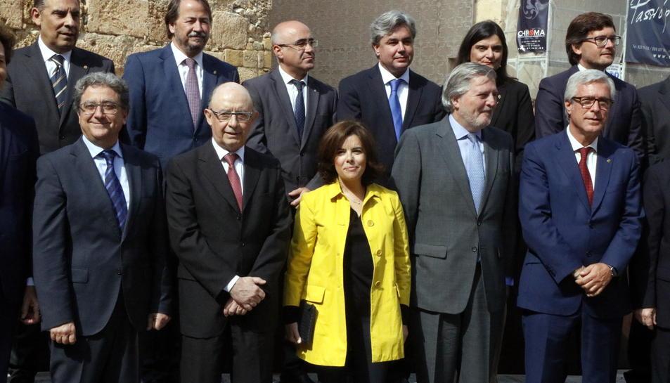 Foto de família de representants de Tarragona i del govern espanyol, amb la vicepresidenta Soraya Sáenz de Santamaría i els ministres Montoro i Méndez de Vigo, en l'acte pel conveni dels Jocs Mediterranis. Imatge del 25 d'abril de 2017 (horitzontal)