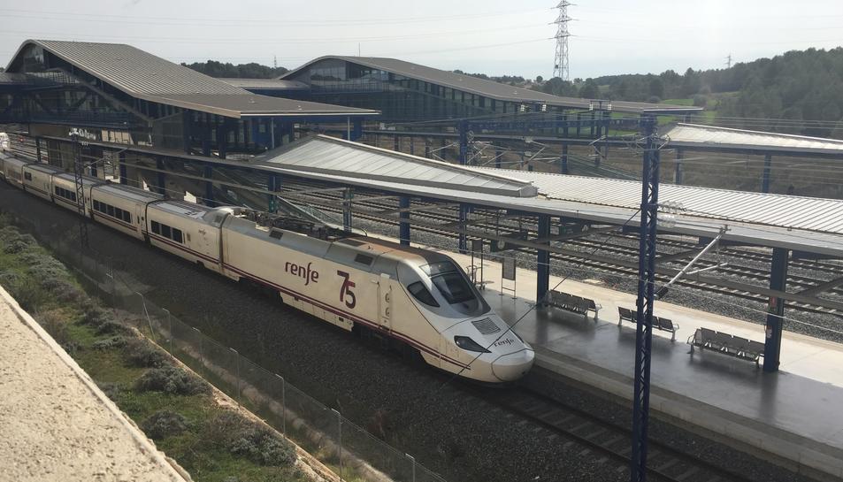 Un tren d'Alta Velocitat arribant a l'Estació del Camp de Tarragona.