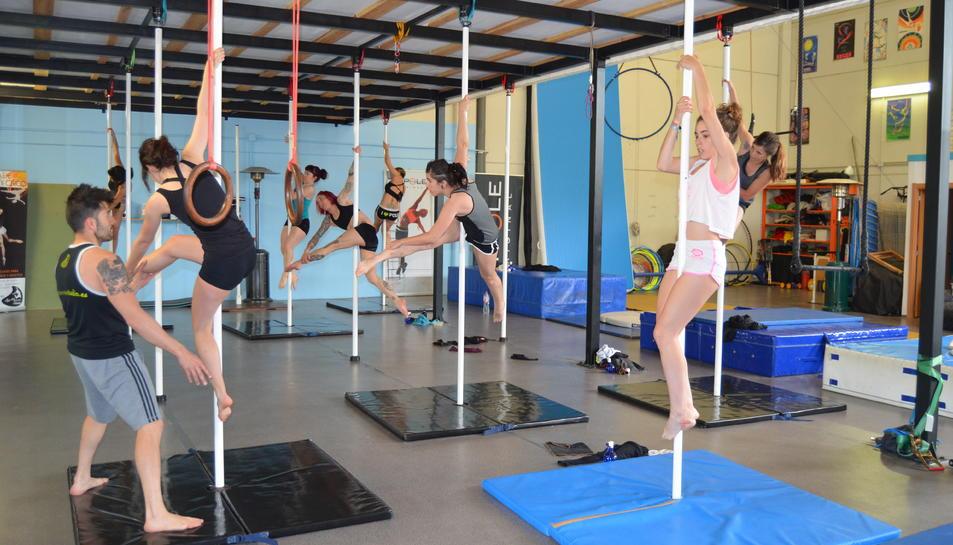 El Pole Sport inclou disciplines de circ i acrobàcies aèries.