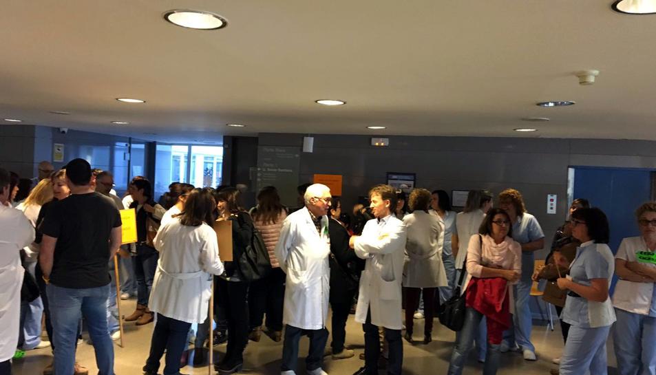 Imatge d'arxiu de treballadors de l'Hospital Comarcal de Móra d'Ebre concentrats per protestar per una nova retallada a la seva paga variable.