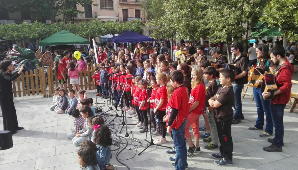 Un moment de la cantada, que va tenir lloc a la plaça del Pati.