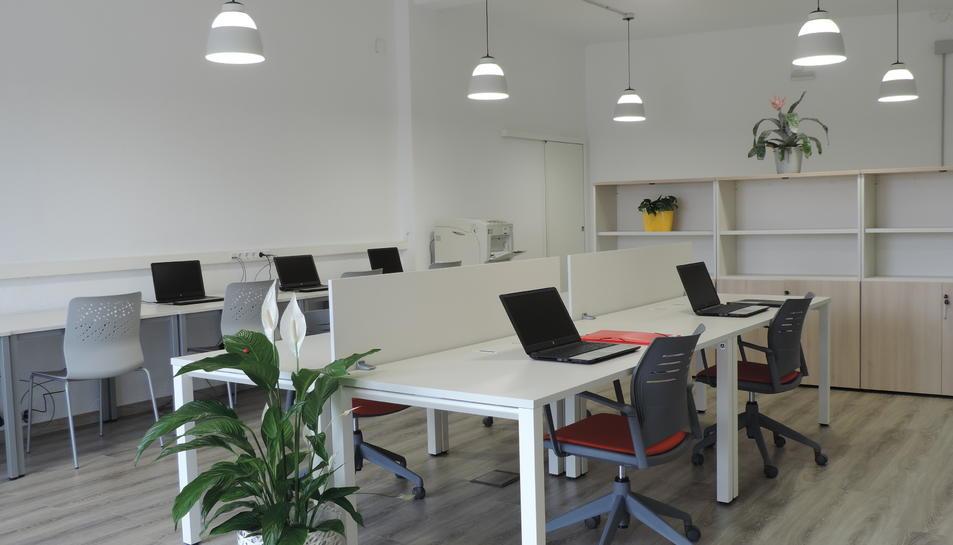 L'Espai compta amb els serveis bàsics per tal que els 'coworkers' puguin realitzar la seva feina.