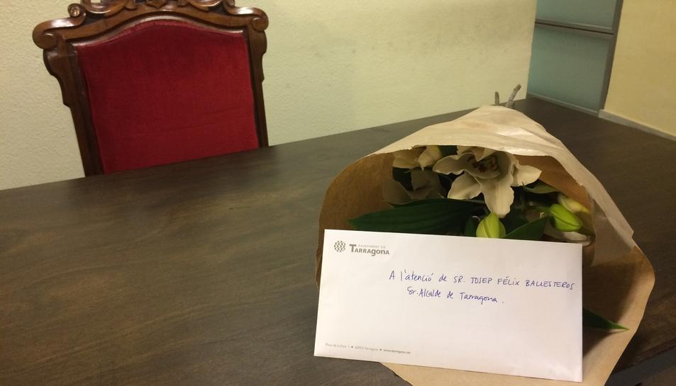 La CUP ha deixat uns lliris al despatx de l'alcalde, Josep Fèlix Ballesteros.