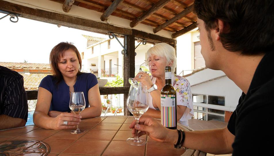 El celler realitza visites guiades, tasts de vins i marxes nòrdiques entre vinyes, a més d'altres activitats.