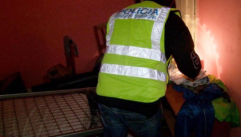 A l'escorcoll del domicili de dos dels tres detinguts es van localitzar telèfons mòbils i ordinadors possiblement de procedència il·lícita.