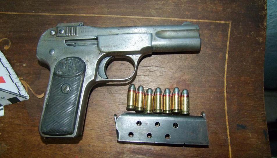 Al domicili es va localitzar l'arma semiautomàtica que s'hauria utilitzat per cometre la detenció il·legal.