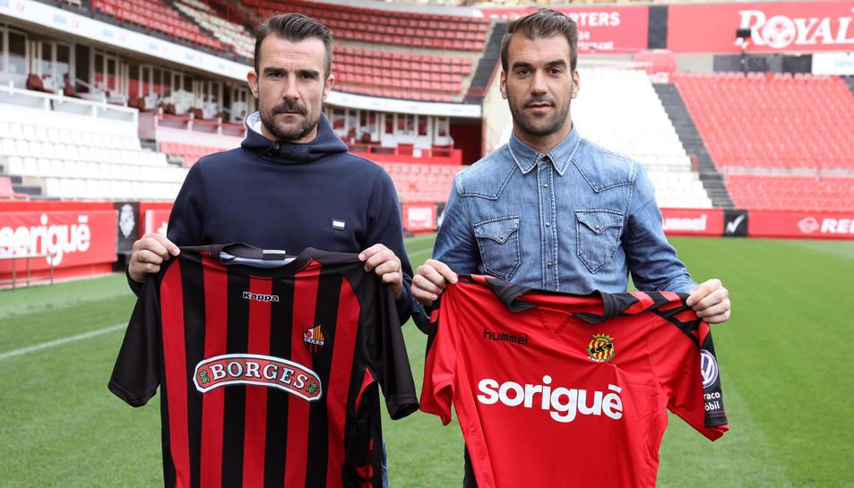 A l'esquerra de la imatge, Aritz López Garai i, a la dreta, Manolo Reina, tots dos amb les seves respectives samarretes, i al Nou Estadi.