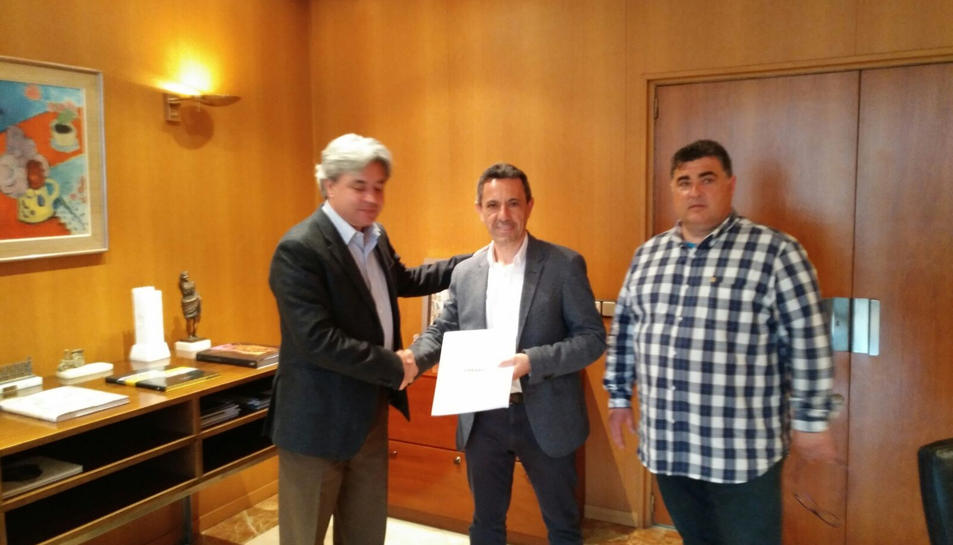 L'alcalde de Móra la Nova, Francesc Xavier Moliné, i el regidor d'Urbanisme, Carlos Trinchan, lliurant el document consensuat dels alcaldes de l'R15 al subdelegat del govern espanyol a Tarragona, Jordi Sierra. Imatge del 26 d'abril de 2017 (horitzontal)