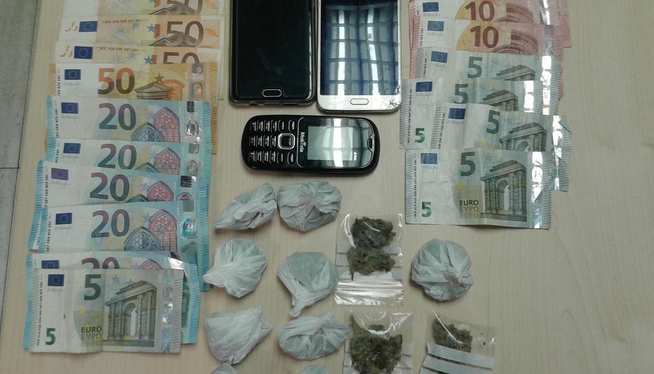 Les drogues, els diners i els telèfons mòbils intervinguts.
