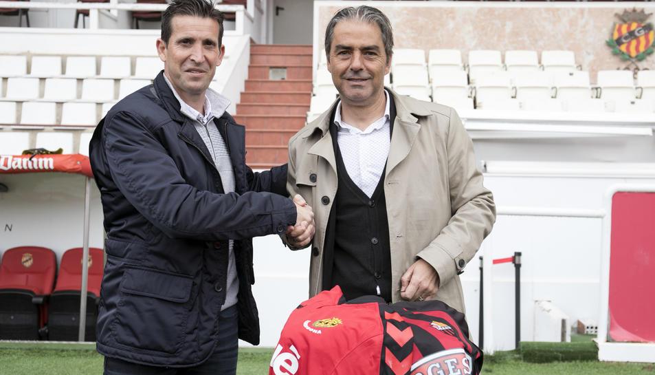 A l'esquerra de la imatge, Juan Merino, xocant de mans amb Natxo González, en la trobada que van viure ambdós ahir al migdia al Nou Estadi.