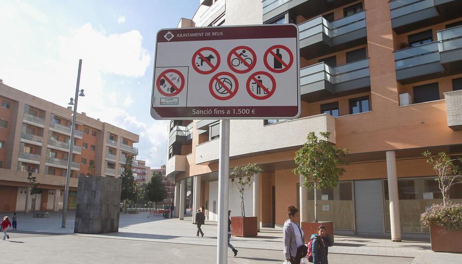 Un dels senyals actuals que indiquen les prohibicions al carrer.
