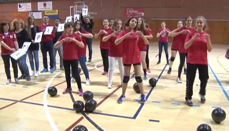 Imatge d'un dels moments del lip-dub del Club Escola Handbol Vendrell.