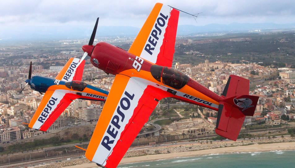 Primer pla dels avions de l'equip Bravo 3 Reposol, amb la ciutat de Tarragona com a fons.