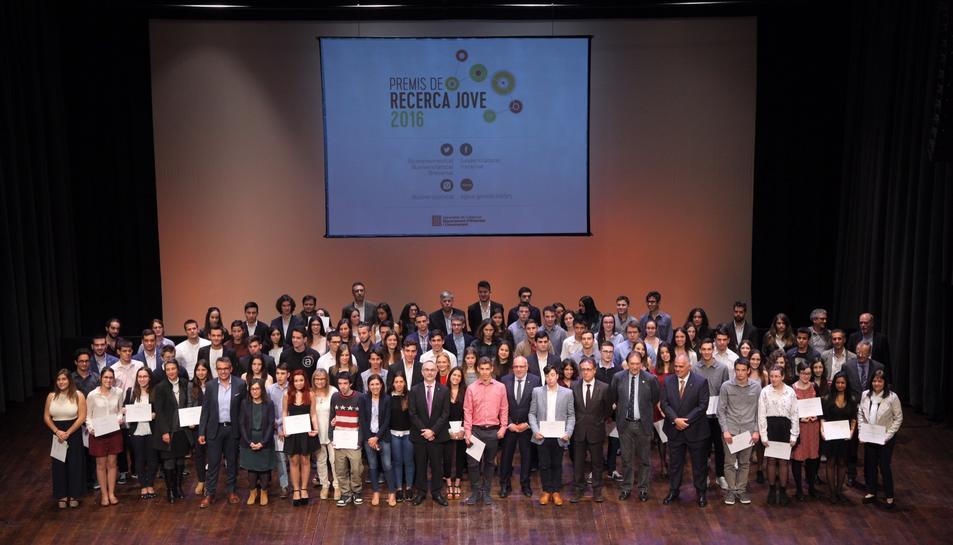 Fotografia de família dels premiats d'arreu de Catalunya a l'acte de lliurament.