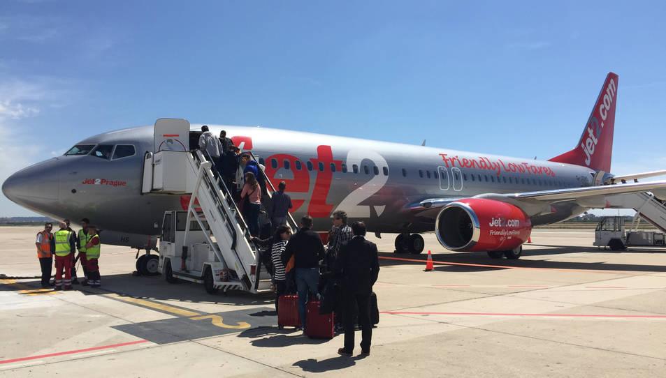 Pla obert d'un avió de Jet2 a l'aeroport de Reus. Imatge del 28 d'abril de 2017