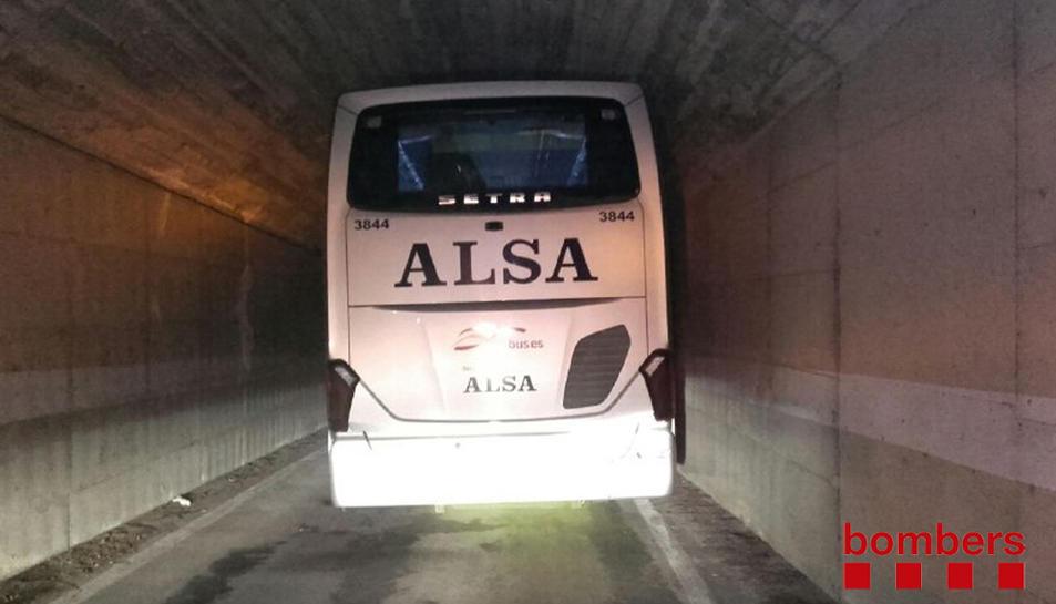 Imatge de l'autobús, que va estar una hora encallat al pas inferior.