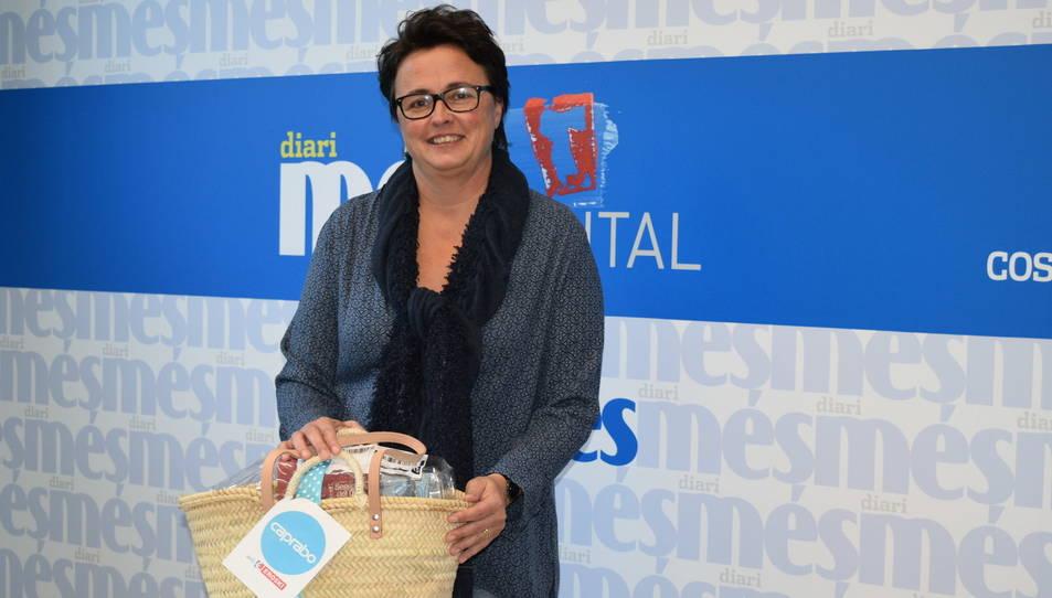 Marta Gispert amb la cistella de productes Caprabo.