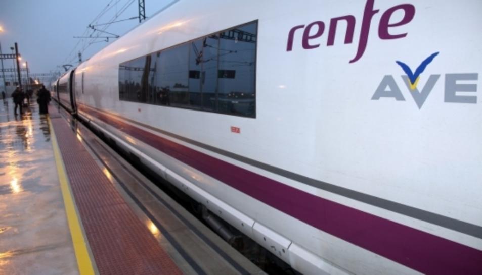 Un dels trens AVE que uniran Barcelona i Perpinyà estacionat a l'estació de Figueres-Vilafant.
