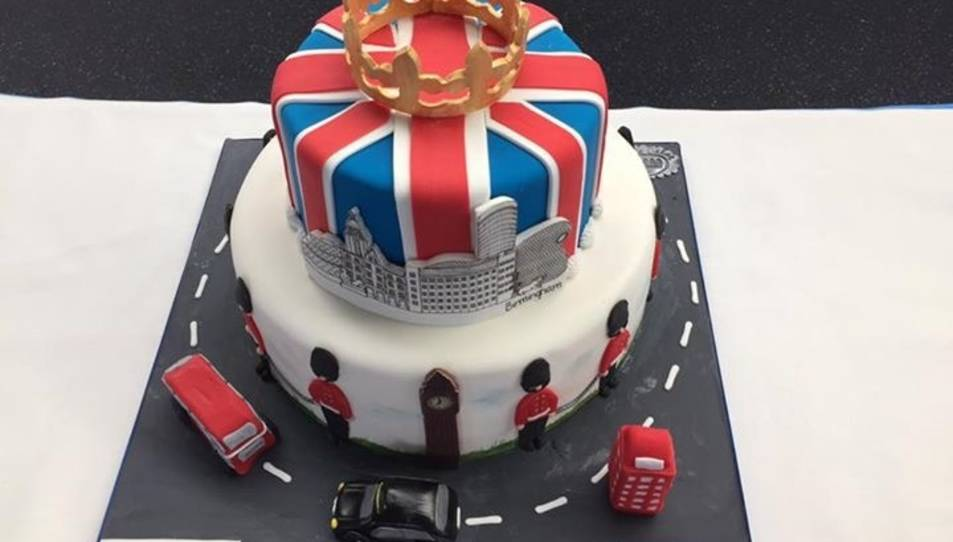 S'ha donat la benvinguda al primer avió que ha efectuat la ruta Londres-Reus amb un pastís.