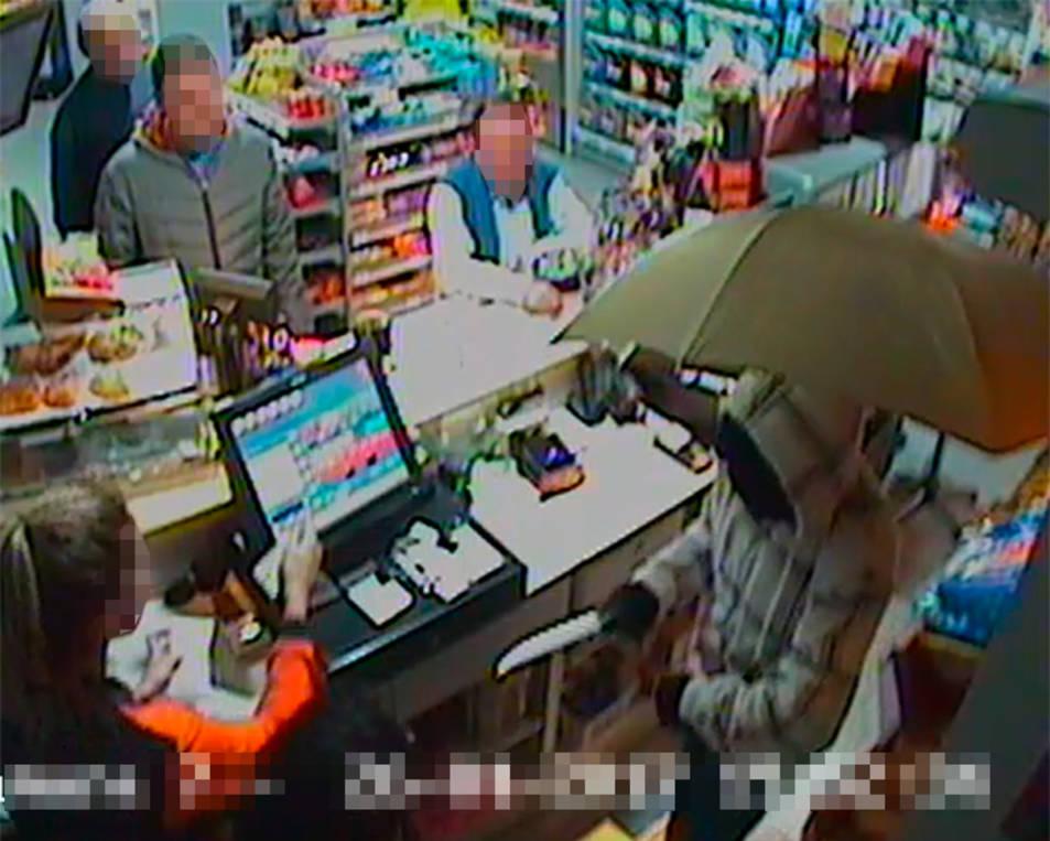 Imatge de la càmera de seguretat en què es veu el moment de l'atracament a dins de l'establiment.