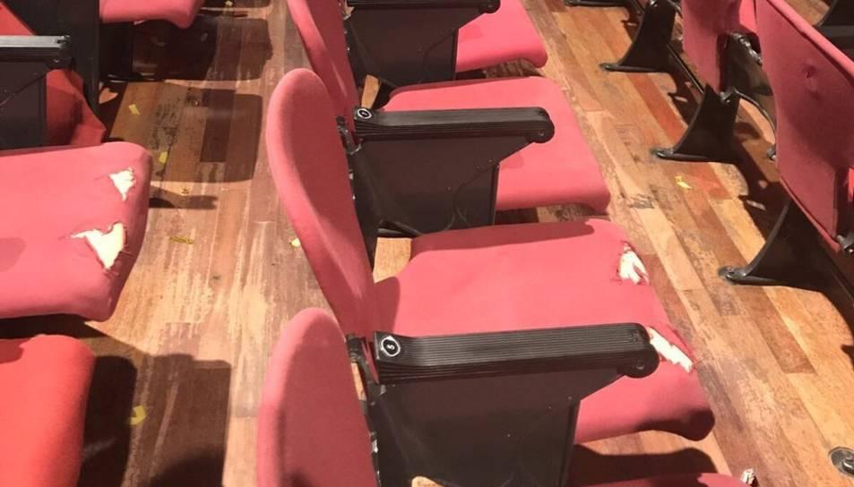Bona part dels seients tenen la tapisseria esquerdada.