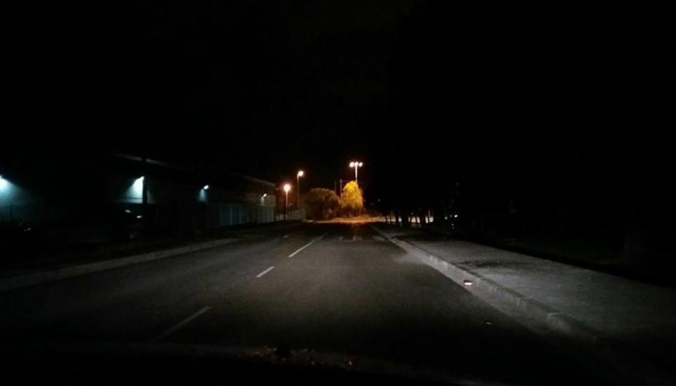 La via està a les fosques. A la foto, la llum d'un vehicle.