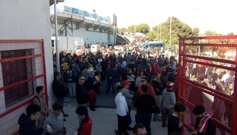 Gran quantitat d'aficionats a l'entrada del Nou Estadi.