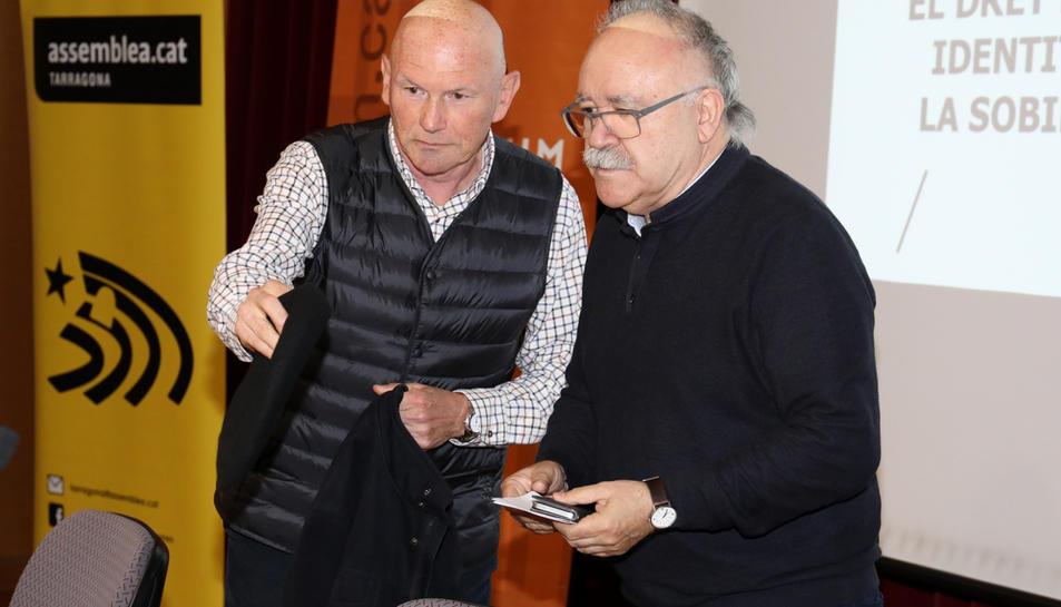 Juan José Ibarretxe i Josep Lluís Carod-Rovira, instants abans de l'inici de la conferència.